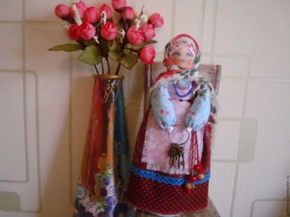 Купить или заказать Кукла в русском народном стиле 'Ключница' в интернет-магазине на Ярмарке Мастеров. кукла в русском народном стиле выполнена на основе деревянной ложки,стоит устойчиво.Кукла одета в ткани из натуральных материалов высокого качества-не выгорают,не линяют. Ключница — должность прислуги, подразумевающая хранение ключей от всех замков в доме (управитель).Наиболее важная должность, на которую могли назначаться только ответственные и добросовестные люди из челяди.