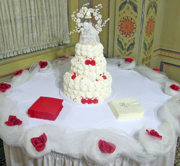 Rose Themed Wedding Cake By Zehnders Bakery Weddings Frankenmuth ZFun