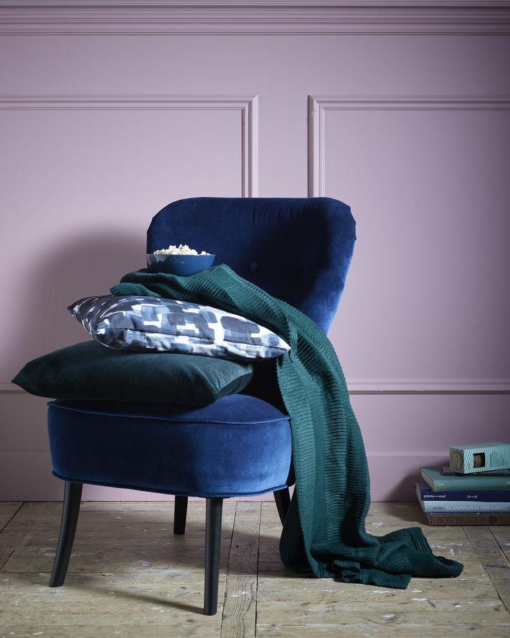 Cadeauset: Voor de bingewatchers   IKEA IKEAnl IKEAnederland wooninspiratie inspiratie interieur wooninterieur giftshop cadeau kado geven aandacht accessoires REMSTA groenblauw blauw fauteuil stoel zacht fluweel comfortabel VÄGMÅLLA plaid deken groen SANELA STOCKHOLM 2017 kussen kussenovertrek groen ruitpatroon