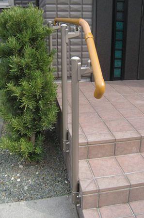 屋外手すりの取付 ( 修理とリフォーム ) - サッシ屋のブログ - Yahoo ... 玄関ポーチの側面に支柱を付けたので、手すり部分を少し持ち出す「フロント笠木納まり」を採用しました。