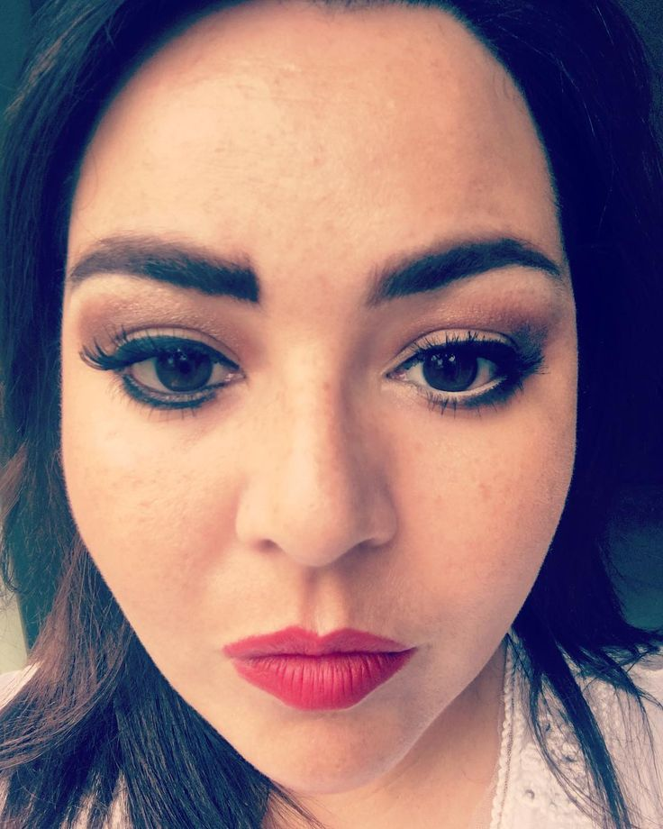 #dosanddonts how much must I #love you all that I'm willing to do THIS to ma face! �� just look at what happens when I apply my #eyeliner under my lower #lashes �� or when I make a loooong line pointing in the wrong ❌ direction and don't tidy up the edge! Check out those #eyebrows too! Massive slug �� over one eye �� after filling the whole thing in with a brown pencil ✏️ yikes! What about the #highlight all along my cut crease instead of in the right place. I can't even talk about my #lips…
