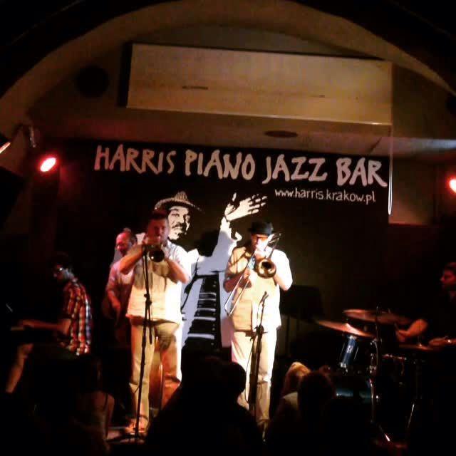 JUST JAZZ AT HARRIS JAZZ CLUB #KRAKOW PL  • Władek Grochot trumpet trabka • Janusz Nowak trombone puzon • Mateusz Sobiechowski piano • Piotr Południak double bass kontrabas • Wiesław Jamioł drums perkusja  Waiting for #UJW23  #JustJazz #HarrisPianoJazzBar #Miles7one #Krakow #ByeByeBlackBird #MilesDavis #Jazz #krakowie #krakowmiastoliteratury  #WładekGrochot #trumpet #trabka  #JanuszNowak #trombone #puzon  #MateuszSobiechowski #piano  #PiotrPołudniak #doublebass #kontrabas #WiesławJamioł…