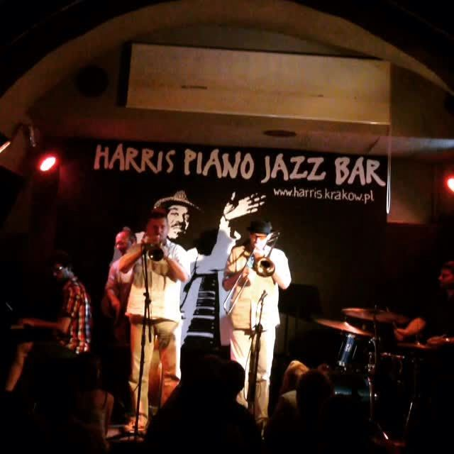 JUST JAZZ AT HARRIS JAZZ CLUB #KRAKOW PL  • Władek Grochot trumpet trabka • Janusz Nowak trombone puzon • Mateusz Sobiechowski piano • Piotr Południak double bass kontrabas • Wiesław Jamioł drums perkusja  Waiting for #UJW23  #JustJazz #HarrisPianoJazzBar #Miles7one #Krakow #ByeByeBlackBird #MilesDavis #Jazz #krakowie #krakowmiastoliteratury  #WładekGrochot #trumpet #trabka  #JanuszNowak #trombone #puzon  #MateuszSobiechowski #piano  #PiotrPołudniak #doublebass #kontrabas #WiesławJamioł…