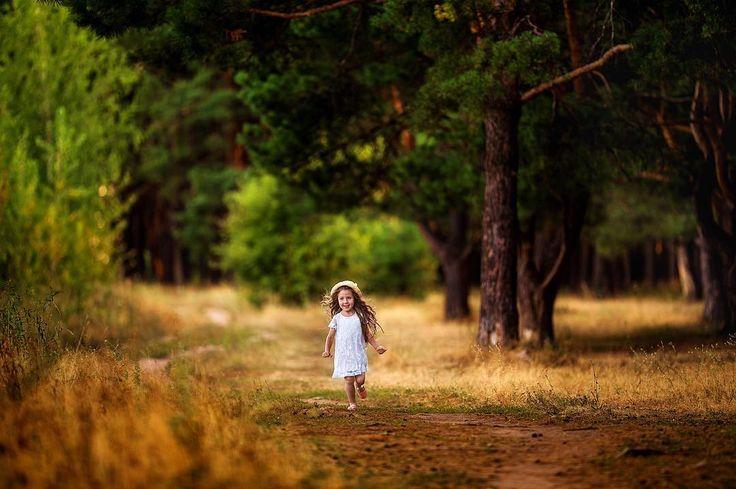 Детство — это когда желтый цвет — ярко-желтый , деревья-живые великаны, а до…