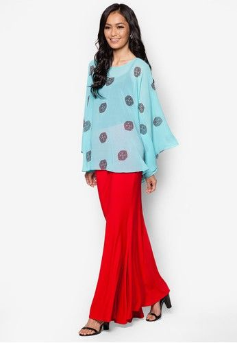 Printed Top Midi Kurung Kedah from Zuco Fashion in Blue Elegance in contemporary silhouette makes this Kurung Kedah set a charming addition to your wardrobe. Through the mahogany pattern embellished with small rhinestones, Zuco Fashion brings a touch of posh while keeping the modest appeal for modern ... #bajukurung #bajukurungmoden
