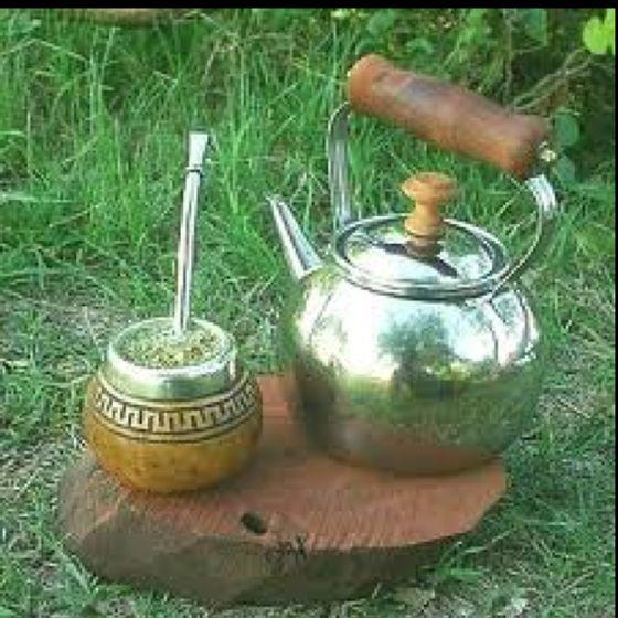 Mate:bebida argentina y de otros países de América.  Foto: pava o caldera-mate con bombilla.