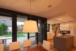 Wohnen am Pool - Esszimmer und Küche: moderne Küche von PASCHINGER ARCHITEKTEN ZT KG