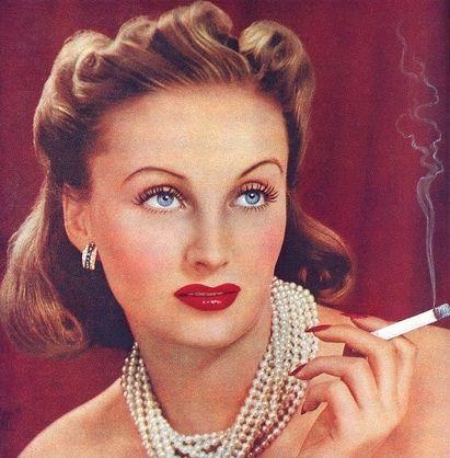Nie waren die Frauen so ladylike und gleichzeitig sexy wie in den 30er Jahren. Glamouröse Frisuren und Makeup zu figurbetonter Mode - Rückkehr der Eleganz.