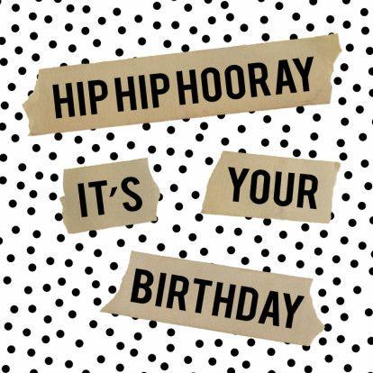 Hippe wenskaart met zwarte stippen en kraft tape met de tekst Hip Hip Hooray It's Your Birthday (grafisch)