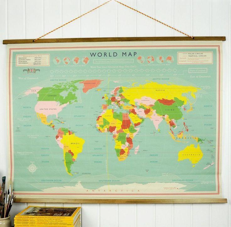 Deze klassieke wereldkaart met houten latjes aan de boven- en onderkant heeft een mooie vintage uitstraling. Formaat 100 x 73 cm.