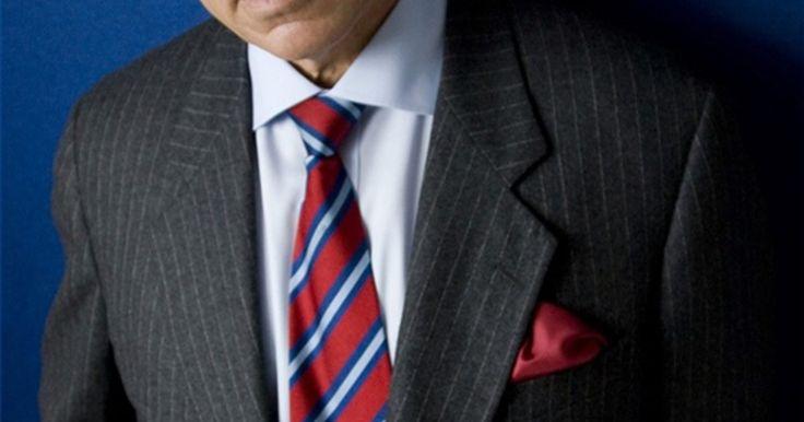 Qual camisa deve ser usada com um terno de risca?. Os ternos risca de giz tem sido um visual clássico durante muitos anos, no entanto, a decisão do que vestir com essa peça vem mudando com as tendências da moda. Classicamente, uma camisa de cor lisa, de estampa padronizada ou de cor vibrante com uma gravata de cor lisa podem funcionar bem. Para um visual mais moderno, outros padrões podem ser ...