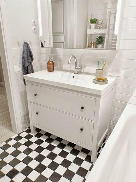 białe łazienkowe meble z IKEA w aranżacji skandynawskiej łazienki - Lovingit.pl