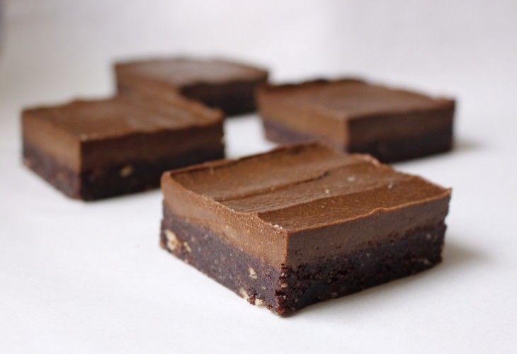 Annorlunda brownies gjorda på nötter, dadlar och carobpulver. Fria från ägg, mjölk och mjöl och utan vitt socker - en riktigt hälsosam godbit!