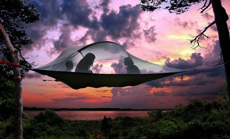 """Per i campeggiatori rappresenta una soluzione perfetta: alla comodità di un'amaca la  Tentsile , invenzione dell'inglese Alex Shirley-Smith, unisce una distanza di """"sicurezza"""" da terra, utile quando piove o per evitare di ritrovarsi all'interno insetti o animali. In più sembr"""
