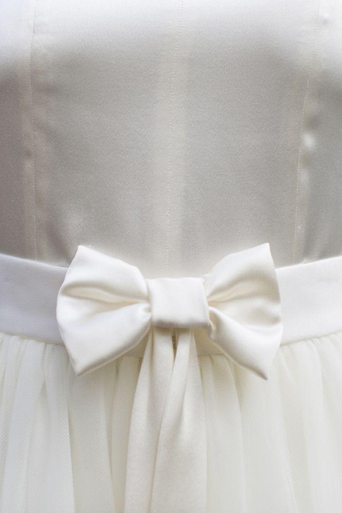 Essayez la robe de mariée transformable dans la collection de robes de mariée sur mesure dans la boutique lyonnaise. Adaptez le croquis à vos envies.