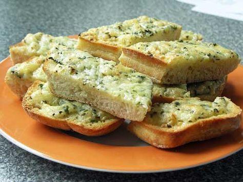 Dieses mit Käse überbackene Knoblauchbrot macht süchtig. Es schmeckt toll zum Grillen oder zu Pastagerichten.