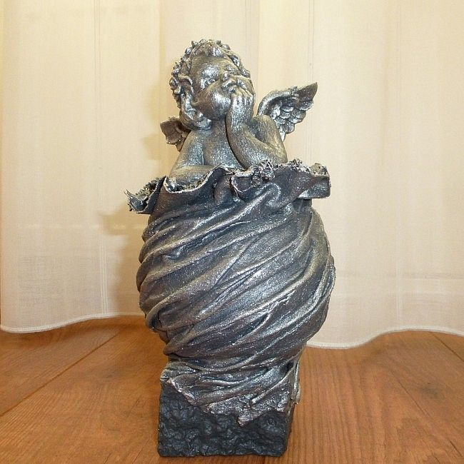 Decoratie beeld of figuur beeld van een engel in gedachten op een bol dit beeld is een mooie - Beeld van decoratie ...