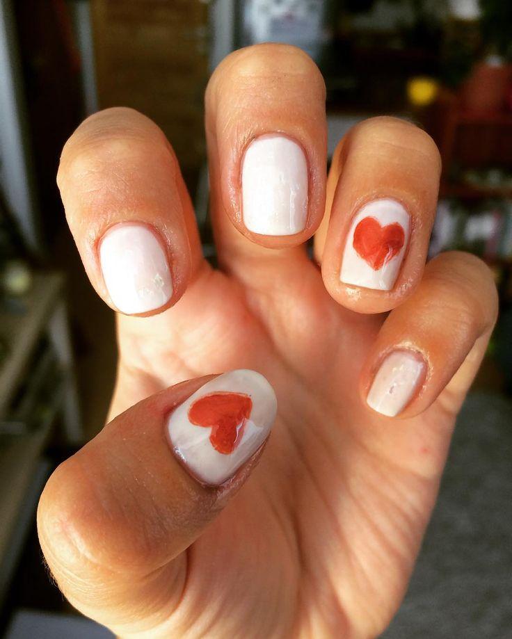 Que el 14 de febrero te ayude recordar que todos los días hay que celebrar el amor  ✨#colorarte #instanailschile #instanails #instadesign #nails #naildesing #nailschile #nailart #nailartchile #nailartdesign #manicure #manicurechile #uñas #unhas #nail #nailpolish #nailswag #essie #minimalist #14defebrero #valentineday