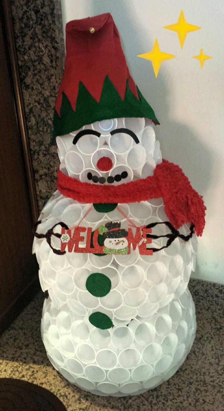 Pupazzo di neve natalizio con i bicchieri di plastica e dettagli in panno lenci