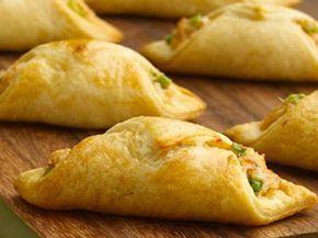 I rotolini di verdura e formaggio si preparano amalgamando tutti gli ingredienti ed adoperando il composto per farcire dei quadratini di pasta sfogli...