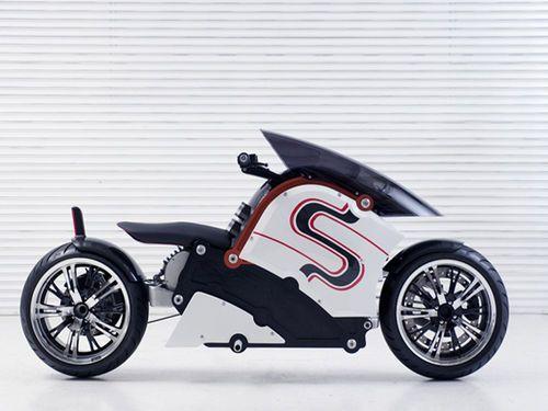 Zec00 est une moto électrique nippone assemblée à la main. Présenté comme un moyen de déplacement urbain, il s'agit d'un low rider qui se distingue par son design atypique et avant-gardiste.