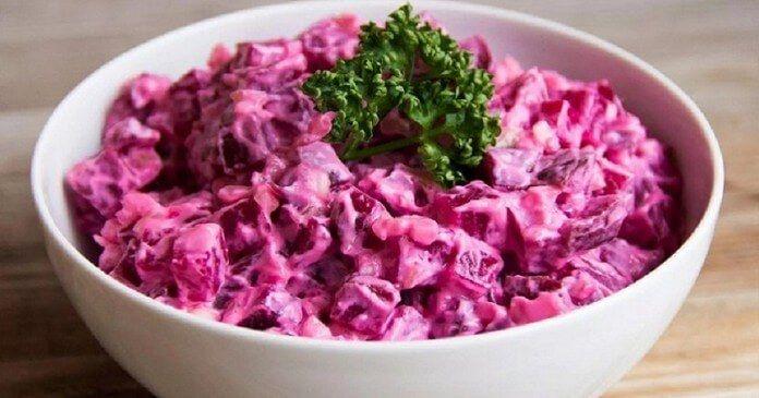 Hledáte jednoduchý recept na domácí salát? Tak to se vám určitě bude líbit ten, který si dnes společně ukážeme – jedná se o ten nejlepší řepnýsalát s vejcem, jaký jste kdy měli. Připraven je během chvilky! Navíc si vystačíte s několika základními ingrediencemi. Na tomto salátu si prostě musí pochutnat každý! ingredience: 300 g řepy …