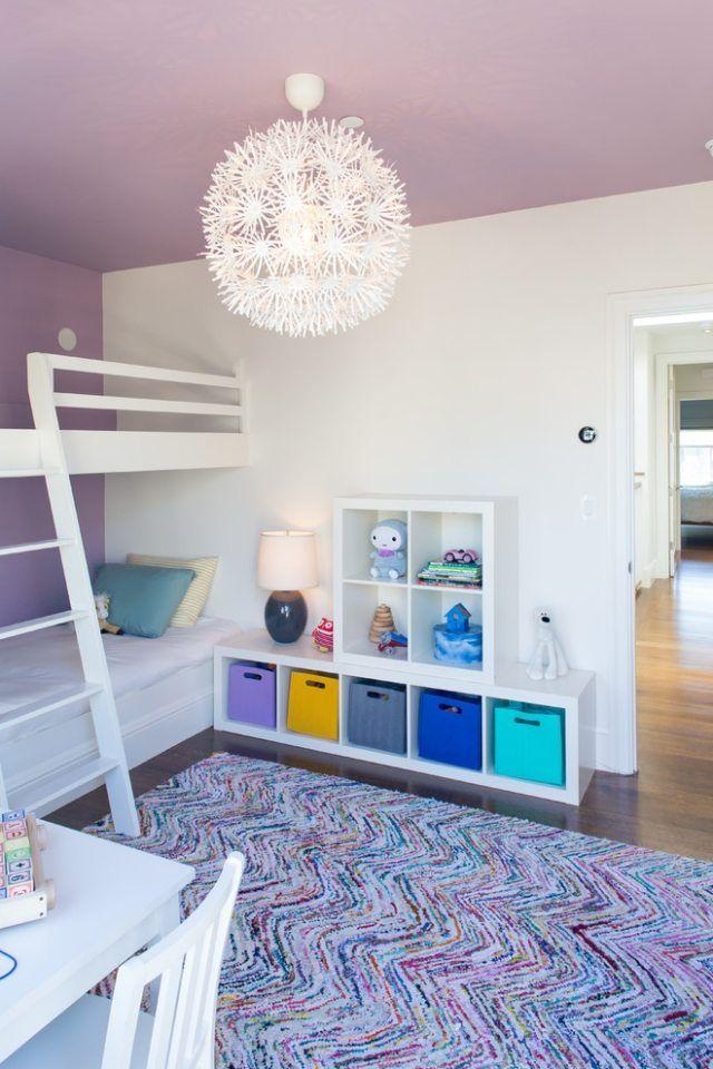lila decke-kinderzimmer mit weißem etagenbett-teppichmuster