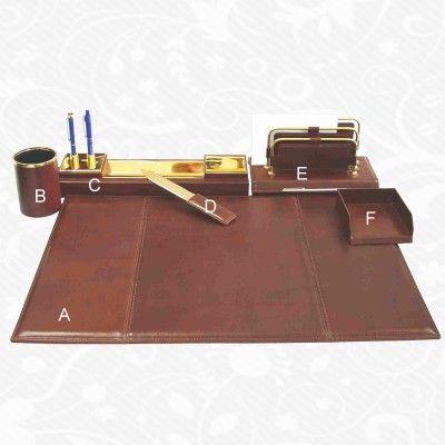 Stolový kancelársky set z pravej kože.  Podložka: 57 x 40cm  Časť A – Kožená podložka   http://www.vegalm.sk/produkt/stolovy-kancelarsky-set-cast/