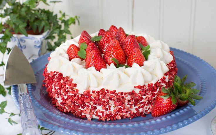 En riktigt härlig jordgubbstårta med massor av jordgubbar!