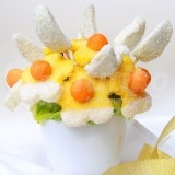 Coconut snow is edible bouquet of fresh fruit, which looks very elegant and also tastes great. The fruit bouquet is made up of pieces of juicy pineapple and green apple, are dipped in white chocolate and coconut. The perfect combination of white chocolate, coconut and fresh fruit. You can order this bouquet online for yourself or as a gift for your loved one and we deliver the flower in Prague.