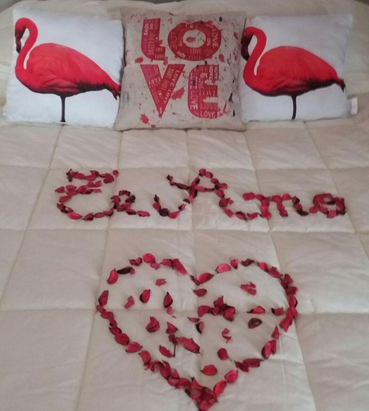 Escribe una frase en la habitación con pétalos de rosas...