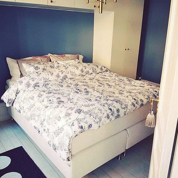 Vit Zebran kontinentalsäng. Säng, dubbelsäng, kontinental, hög, sovrum, linne, möbler, inredning, krom, kromade, ben. http://sweef.se/sangar/168-zebran-kontinentalsang-progressiv.html