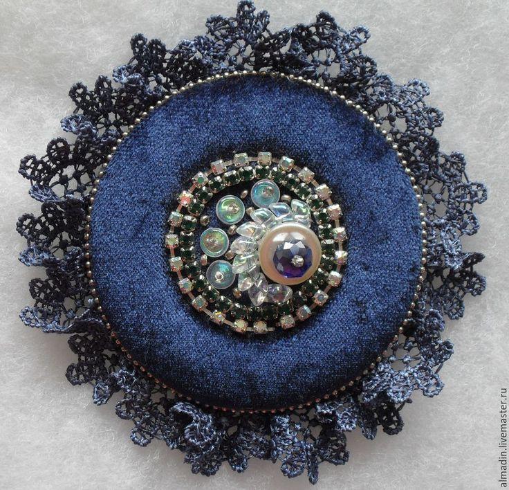 Купить или заказать Брошь 'Синий бархат' в интернет-магазине на Ярмарке Мастеров. Брошь круглой формы на синем бархате. Центральная часть вышита бисером, бусинами, стразами. Периметр обработан кружевом и металлической цепочкой. Основа толстый фетр. Застёжка металлическая. Брошь будет прекрасным украшением к одежде или головному уб…