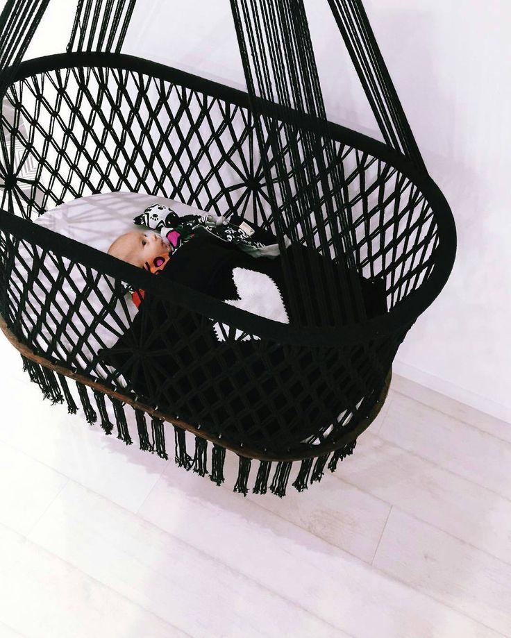 Hang A Hammock est un collectif d'artisans nicaraguayen qui propose des créations bio-équitables en macramé dont des chaises et des berceaux pour bébés.