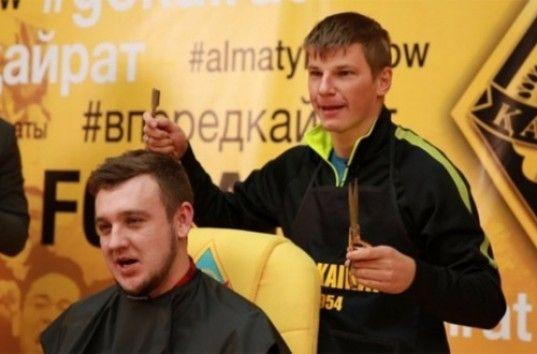 Андрей Аршавин побрил налысо казахстанского журналиста (ВИДЕО)
