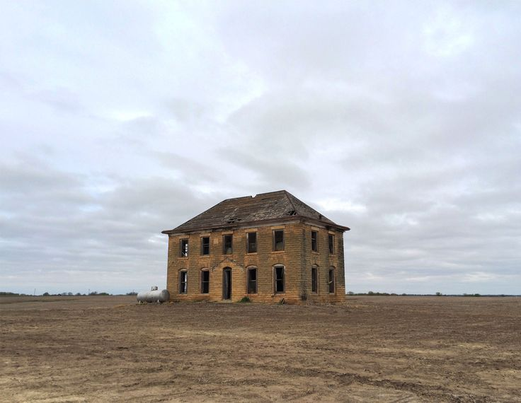 Came across an old house in the middle of a field in Kansas (Album in comments) [OC] [1579 x 1224]