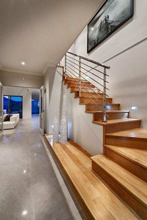 Holztreppe mit Podest und Geländer aus Metall