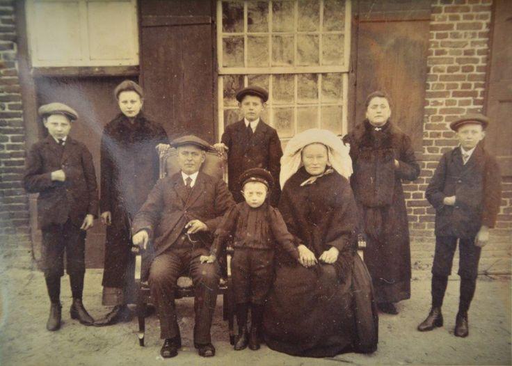 Fam van Eijk - Thijs omstreeks 1916 Einderstraat 48 Someren. achter vlnr. Willem (1902), Drika (1899), Hein (1900), Petronella (uit eerste huw. 1895), Bert (1904). Op de voorgrond: vader Joseph van Eijk(1865-1943), Lau (1911) en moeder Francisca Thijs (1868-1954)