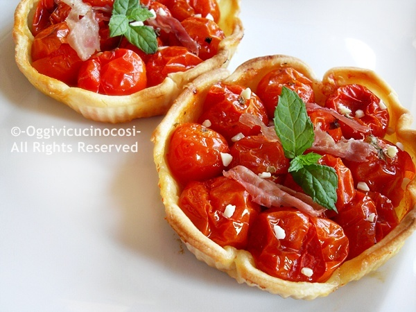 Tarts with cherry tomatoes and bacon
