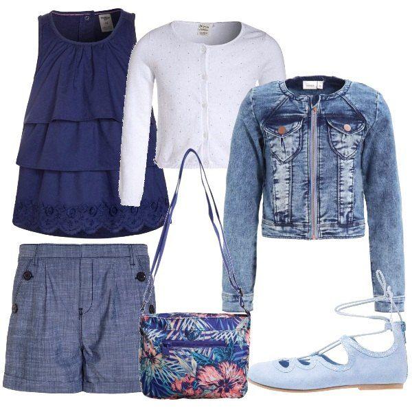 Look adatto per una passeggiata in questo periodo. Shorts blu denim e top a balze blu. Cardigan bianco e giacca di jeans. Ballerine celesti con cordino e borsa a tracolla con fondo blu e fantasia floreale.