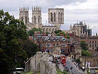 Йоркский собор (англ. York Minster) — готический собор в английском городе Йорке, который оспаривает у Кёльнского собора звание самого большого средневекового храма на севере Европы. Здесь находится кафедра архиепископа Йоркского — высшего прелата Англиканской церкви после архиепископа Кентерберийского...