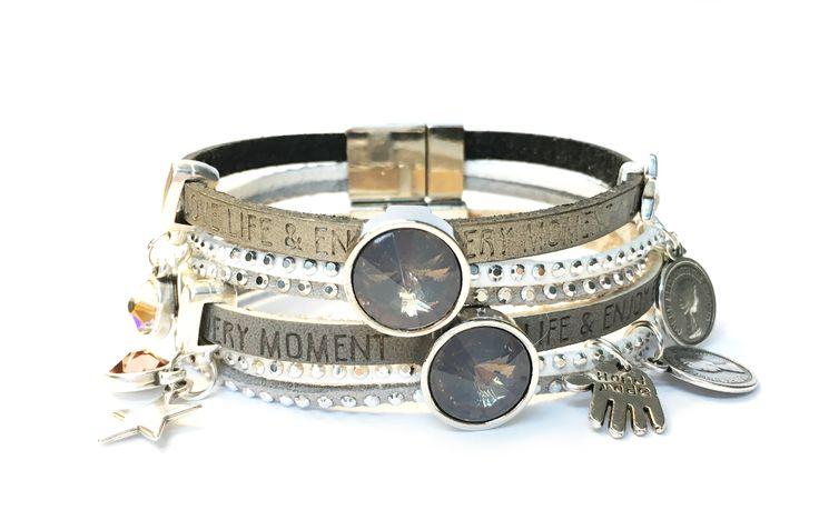 Uniek handgemaakt armbandje met mooie magneetsluiting in de kleurstelling donkergrijs, wit en lichtgrijs. Mooi afgemaakt met swarovski steentjes en facet kristallen.