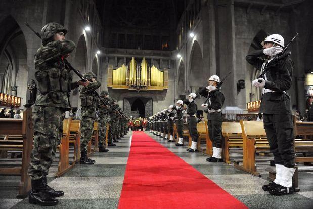 Autoridades Eclesiásticas, militares, policiales y civiles de Manizales y el Departamento se reunieron en la Plaza de Bolívar de la localidad.....