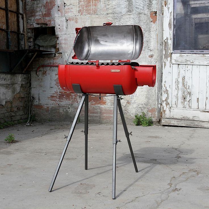 Barbecue realizzato con materiale di recupero, una vecchia bombola del gas e scarti di metallo, da Redolab Artigiani & Riutilizzo