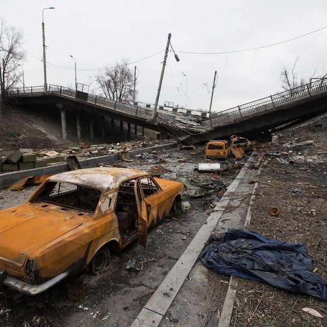 Alcune automobili e un ponte distrutti dai combattimenti tra separatisti filorussi ed esercito ucraino, sulla strada per l'aeroporto di #Donetsk, in #Ucraina