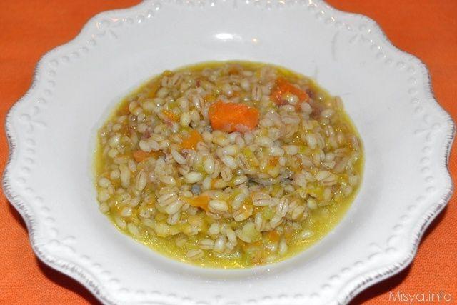 L'autunno ormai è iniziato e con esso iniziano anche le zuppe, la prima della stagione è quest'orzotto con la zucca ed il porro (eh lo so, di