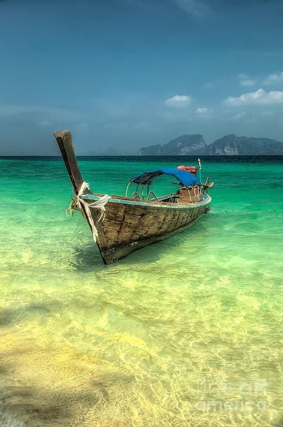 Estreito de Malaca, Tailândia - O estreito é uma das mais antigas e importantes vias marítimas do mundo. É a principal ligação marítima que interliga os oceanos Índico ao Pacífico.  Apesar de ser um local incrível com água cristalina e uma paisagem exuberante, o Estreito de Malaca tem sido alvo de piratas marítimos, porém, quem tiver a coragem, sabe que vai valer a pena encontrar com a natureza nesse lugar maravilhoso