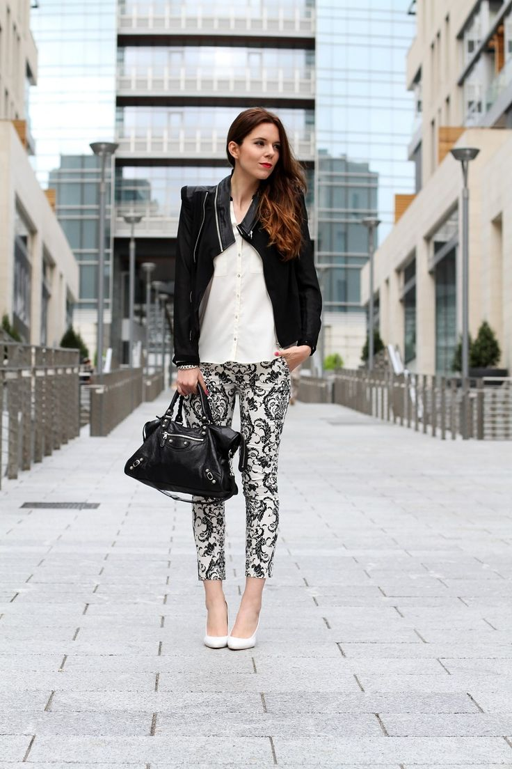 #fashion #fashionista @Irene Hoffman Colzi corso como | milano | outfit | look | fashion blogger | fashion blog | pantaloni stampa | stampa barocca | bianco nero | giacca nera | camicia bianca | modella | porta nuova milano | milano moda | zeppe bianche | decollete bianche | scarpe bianche  1