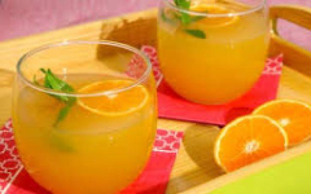 ...Limonata fatta in casa..... .....Tagliate a metà i limoni e spremetele a fondo.Filtrate il succo con il colino e poi versatelo in una bottiglia da 1,5 l. Potete mettere il colino direttamente sull'imbuto così filtrerete mentre  #limonata #ricette