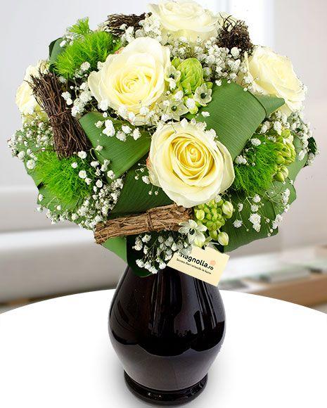 Buchet de iarnă cu trandafiri albi, crizanteme verzi, ornithogalum si gypsophila.  Winter bouquet with white roses, green mums, ornithogalum and baby's breath